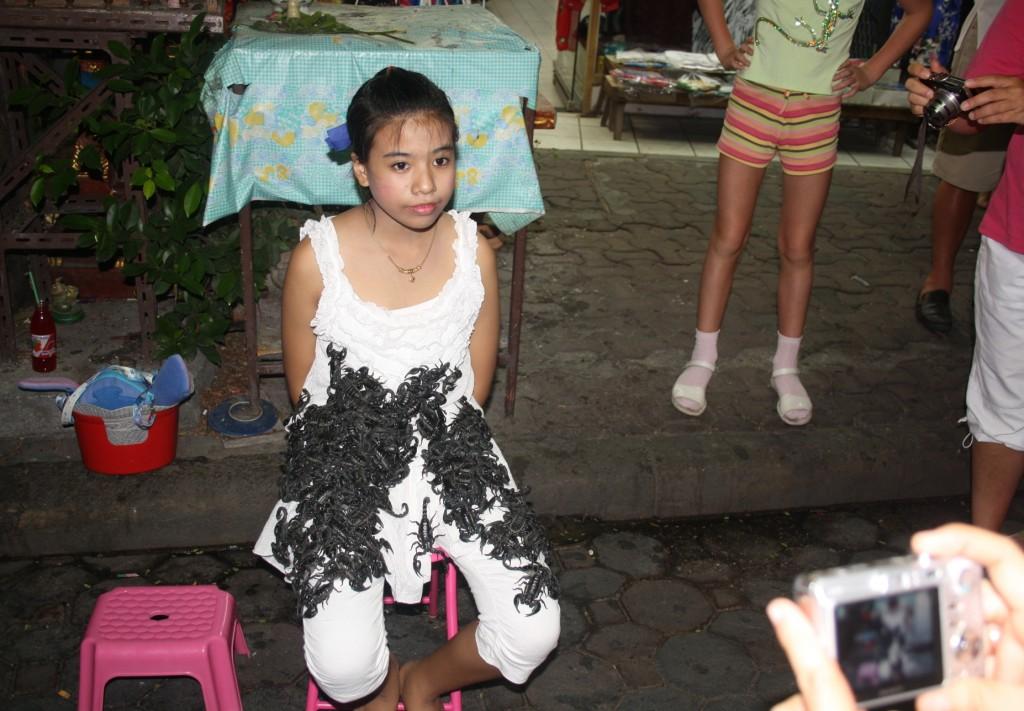 девочка со скорпионами