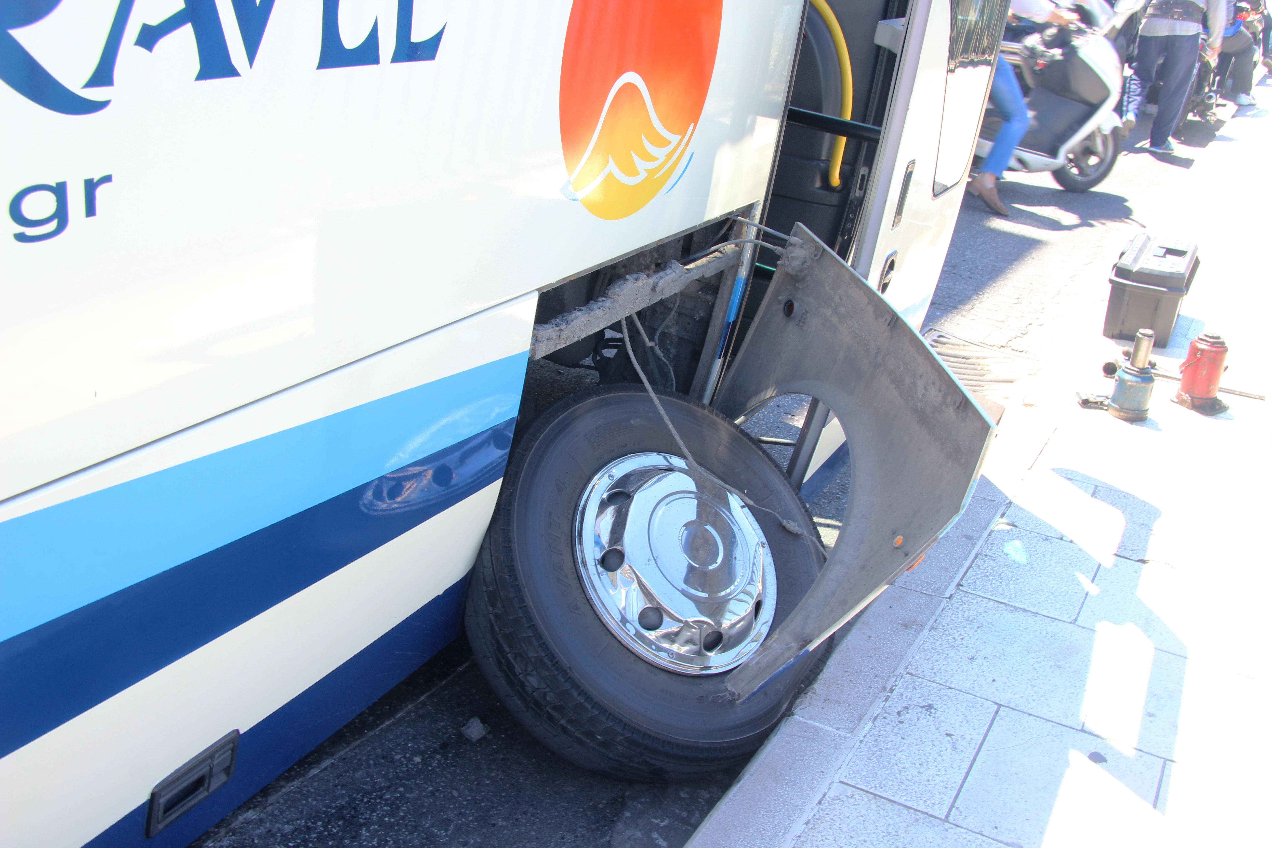 Керкира 5 автобус колесо